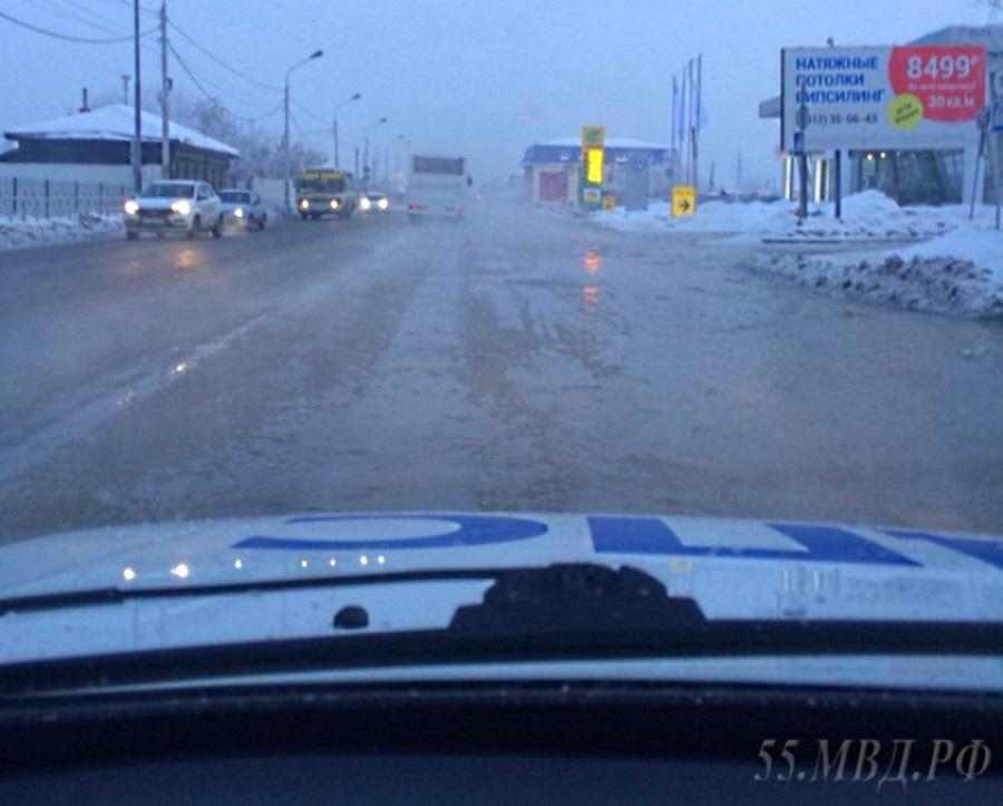 ВОмске после прорыва трубы вода затопила центральную улицу