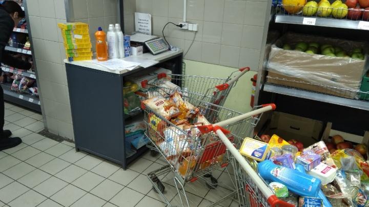 Три тележки просрочки за одну закупку: в Ярославле проверка нагрянула в скандальный супермаркет