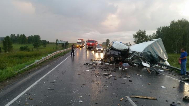 Смертельная авария под Новосибирском: на «встречке» разбились грузовик и «ГАЗель»