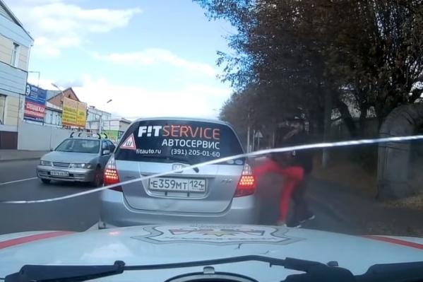 Водитель «Хонды» заперлась в автомобиле