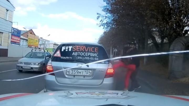 Водитель Porsche подрезал девушку и после напал на нее в районе Свободного