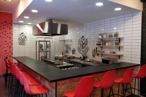 В заведении открытая кухня, можно наблюдать за готовкой