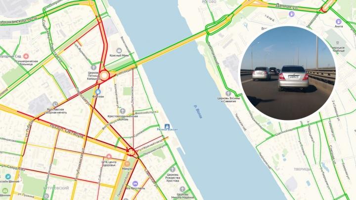 Из-за массового ДТП на Октябрьском мосту центр встал в 8-балльные пробки: где не проехать
