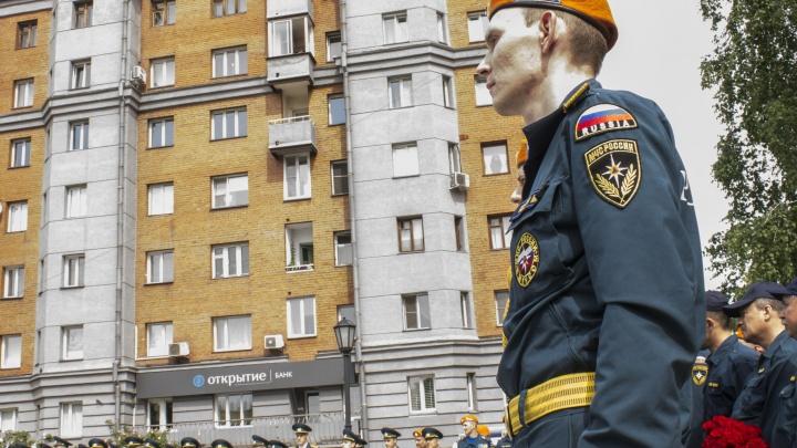 Пожарные приняли присягу на Красном проспекте и повесили памятную доску в честь погибшего коллеги
