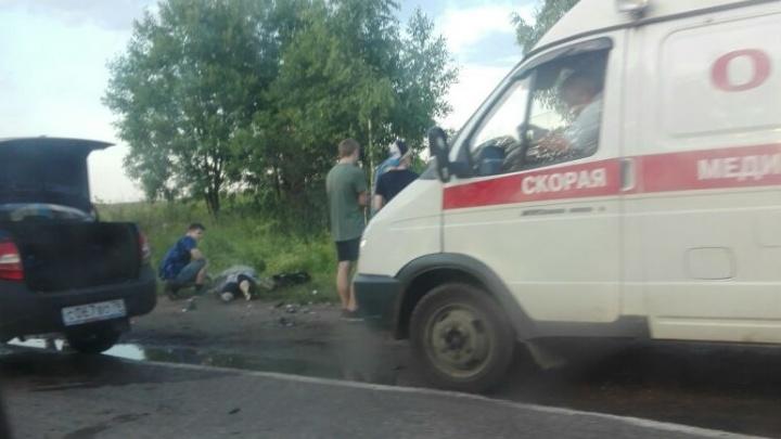 С места страшной аварии на трассе в Ярославской области шесть человек увезли в больницу