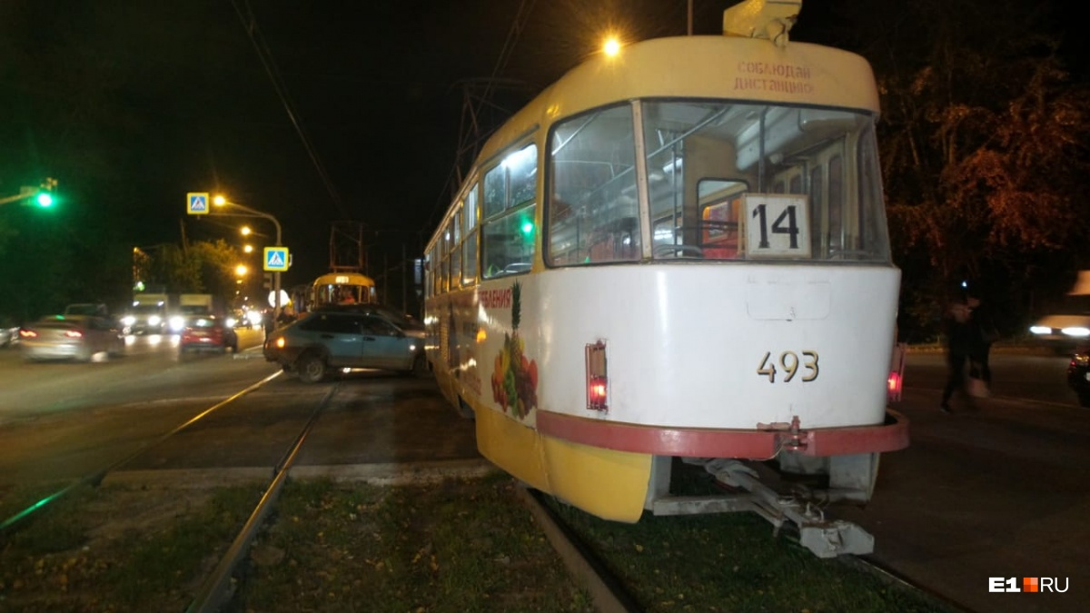 На Вторчермете «девятка» врезалась в трамвай