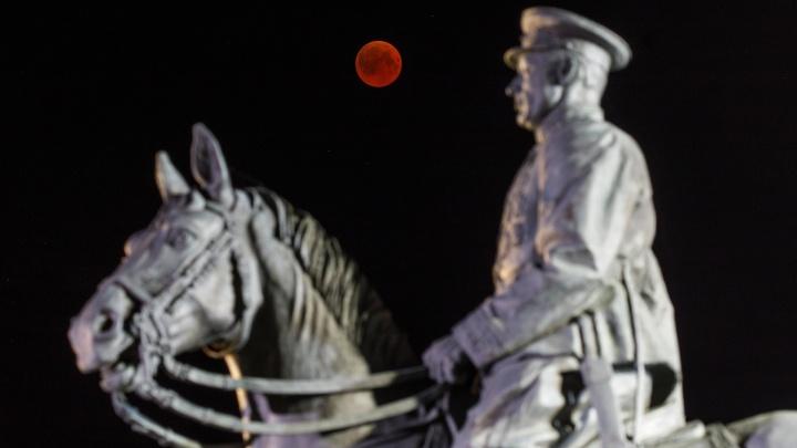 Восход «кровавой» Луны: волгоградцы наблюдают редчайшее астрономическое явление