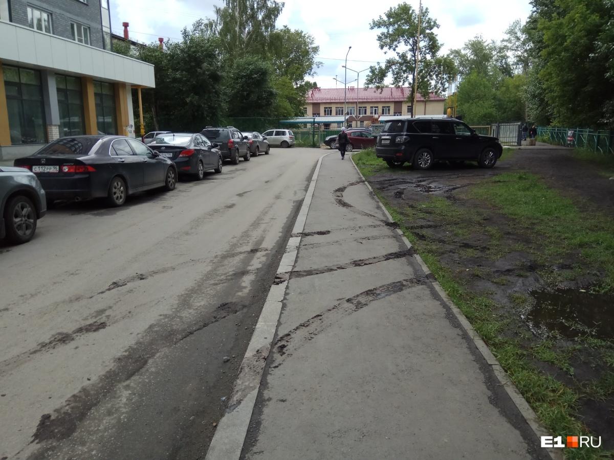 «Праздник» гряземесов в одном из дворов Екатеринбурга