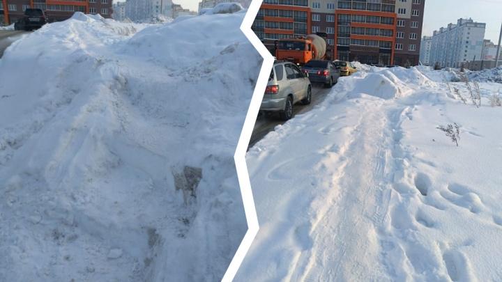 Пенсионерка ломом пробила засыпанную снегом дорогу — по ней дети ходят в школу