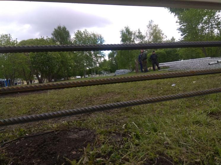 Строители стали укреплять забор, который огораживает сквер у Драмтеатра