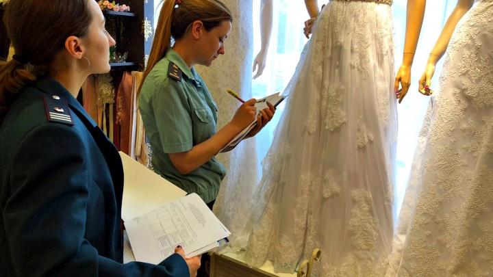 У ярославца за долги арестовали свадебное платье