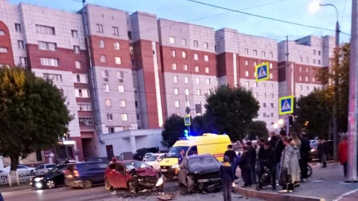 Машины всмятку, пассажиров увезли на скорой: в аварии на Доме Обороны пострадали пять человек