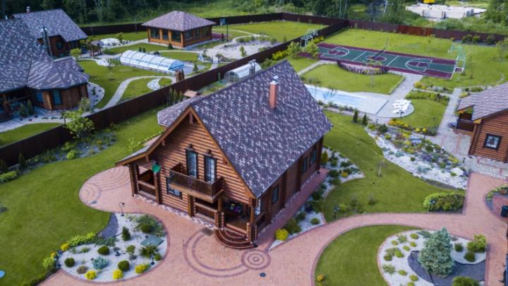 Частная библиотека, чайный дом и пруды с водопадами: самые роскошные коттеджи за сотни миллионов