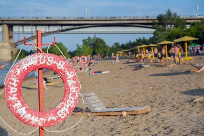 Мужчина прыгал с опоры моста во время купания рядом с городским пляжем «Наутилус»