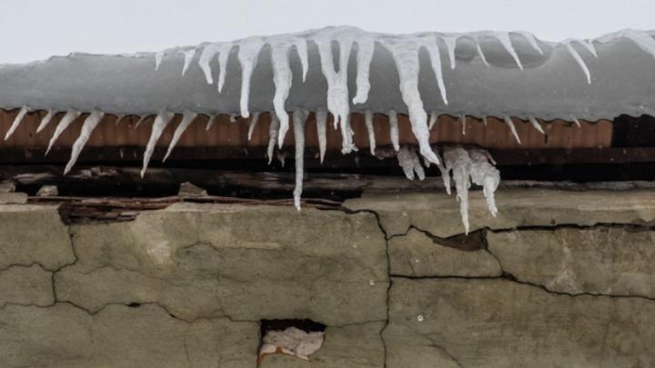 В поселке Звездный на 11-летнюю школьницу упала глыба снега