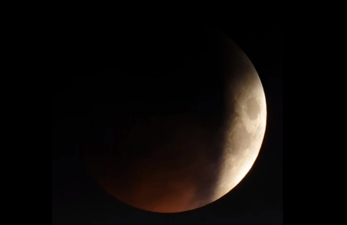 Затмение снимали через 300-миллиметровый телескопический объектив