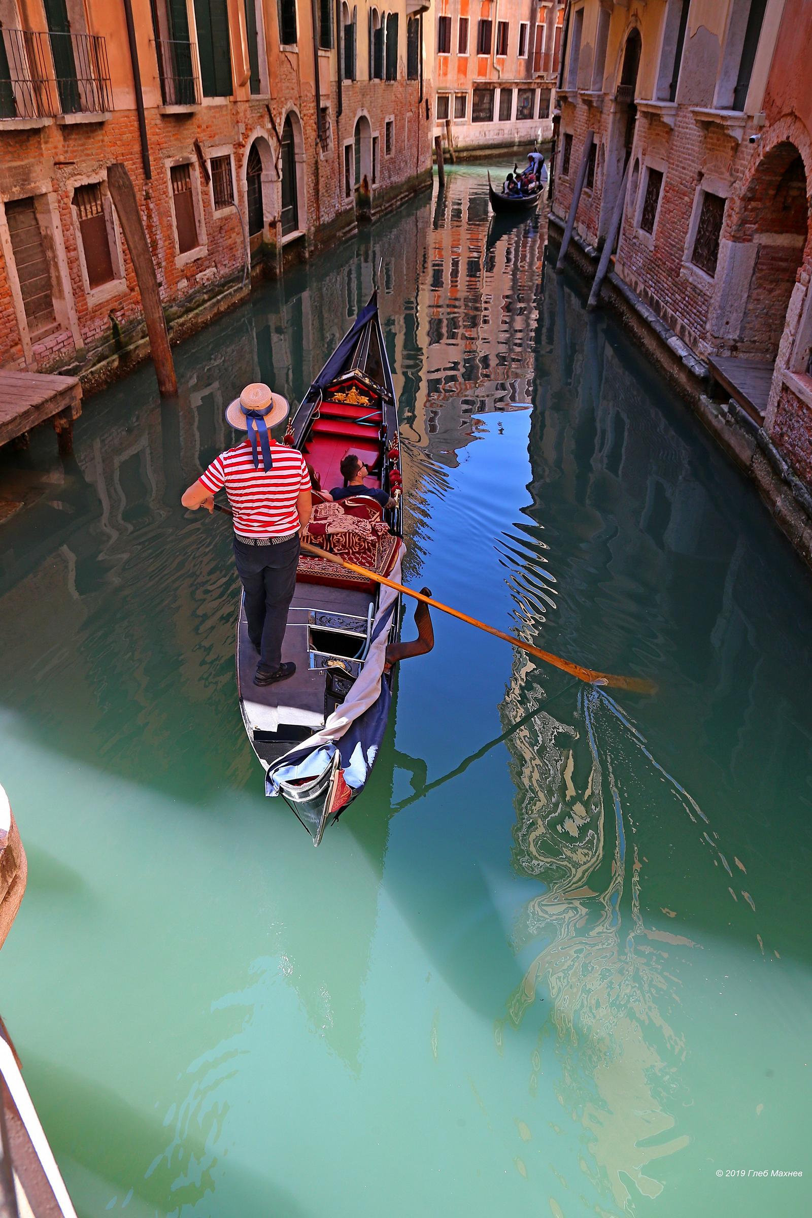 Иногда вода в венецианских каналах течет очень медленно