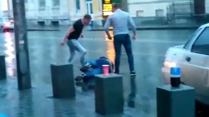 Охрана просто наблюдала: в центре Екатеринбурга несколько парней избили мужчину на выходе из бара
