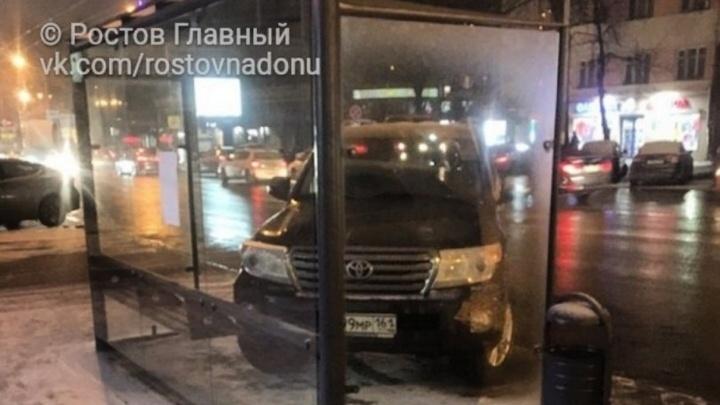 Не надо стесняться: в Ростове автохам припарковался под козырьком автобусной остановки