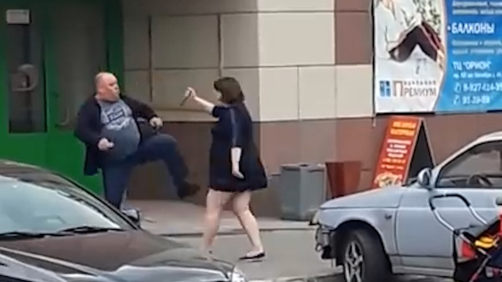 «Верни мои вещи»: молодая мать из Сызрани напала с ножом на мужчину