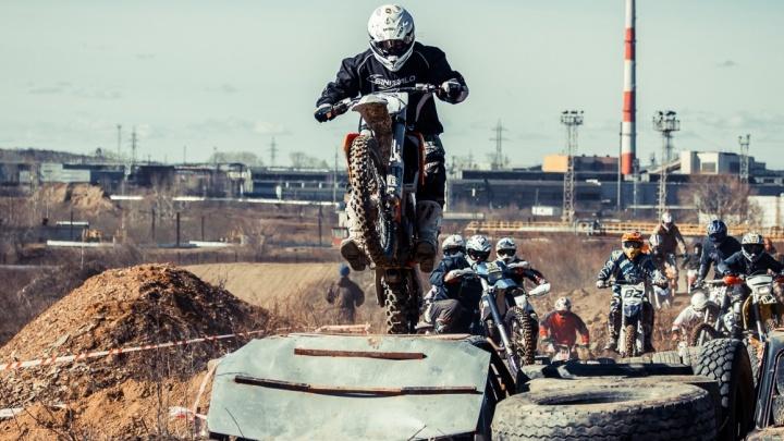 В Полевском на соревнованиях мотоциклисты скакали по брёвнам и покрышкам, а квадроциклы вязли в грязи