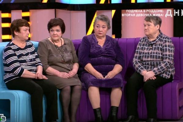 Двух женщин, сидящих в центре дивана, перепутали в роддоме. Они росли в неродных семьях
