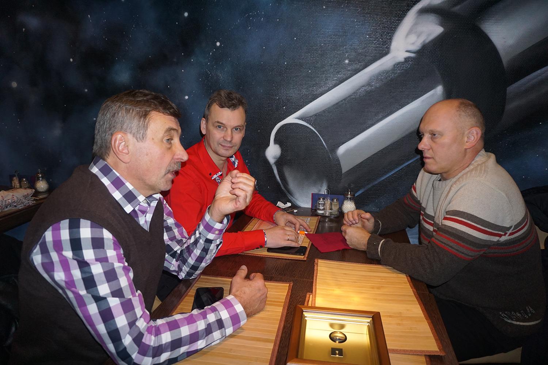 Слева направо: космонавт Александр Лазуткин, Владимир Анискин и космонавт Олег Артемьев