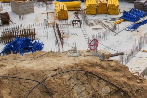 Плотника завалило землёй в котловане —коллеги не успели его спасти