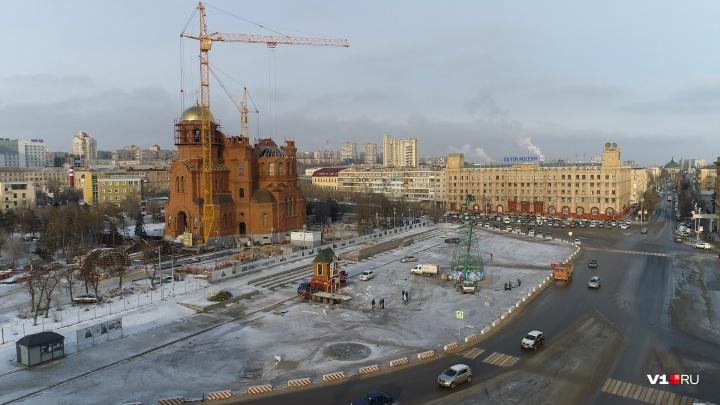 «Ребята, вспоминайте молитвы»: в центре Волгограда сорвали с места трехтонную резиденцию Деда Мороза