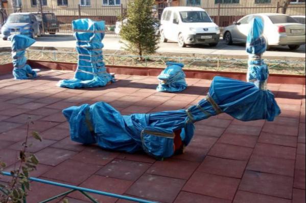 Таким странным образом защитили от снега площадку в одном из дворов Заельцовского района