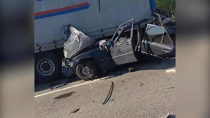 Под Уфой Mercedes залетел под фуру: есть погибшие