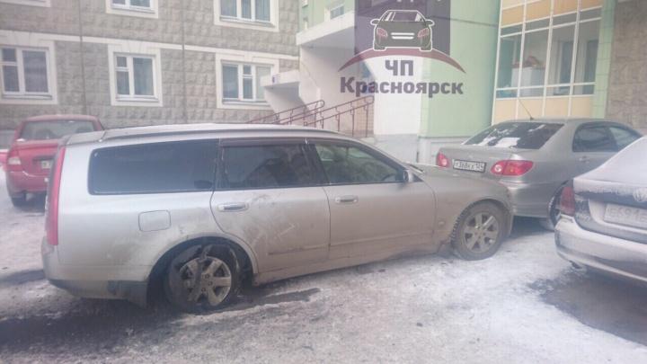 Водителю стало плохо за рулем: он случайно нажал педаль газа и спровоцировал ДТП во дворе