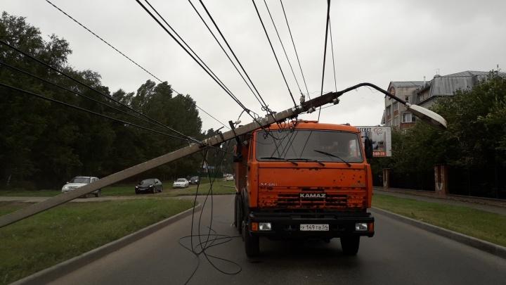 Самосвал снёс три фонарных столба под Новосибирском