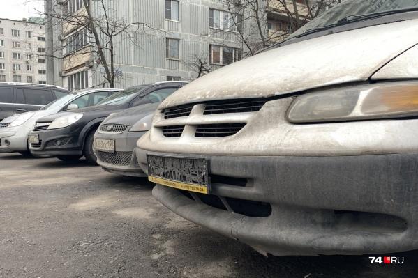 За езду без номеров после регистрации машины грозит лишение прав, но номера выдают только в «родной» ГИБДД (по месту прописки)