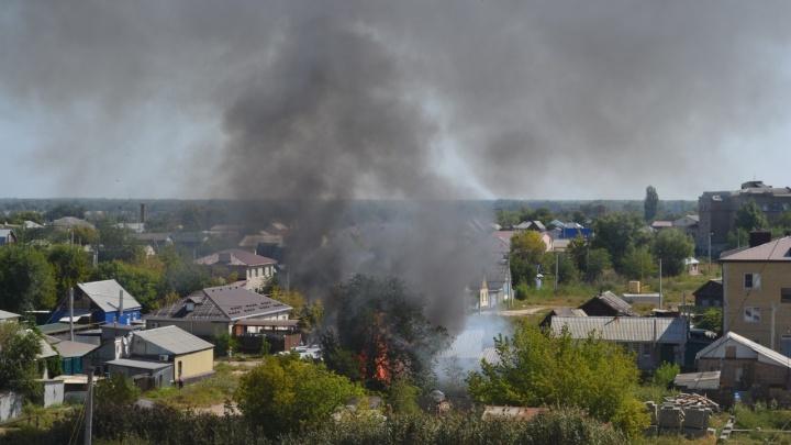 В Волгограде пожарные уже час тушат полыхающий цыганский дом