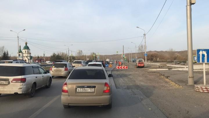 Из-за ремонта дороги у Бадалыка собралась пробка
