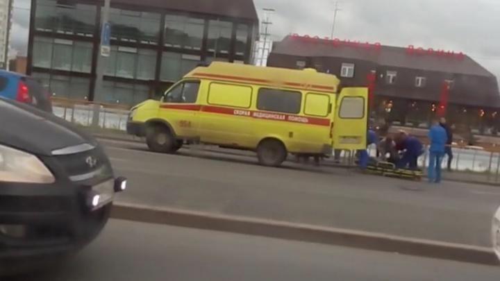 На Широтной легковушка сбила пешехода, а затем улетела в сторону заправки
