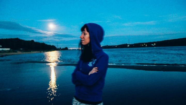 Ушла без мобильного телефона: в Ярославле ищут молодую девушку с татуировкой дракона