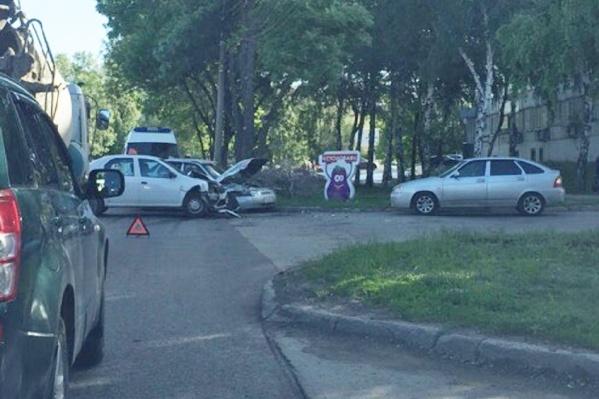 Утренняя авария затормозила движение на дороге