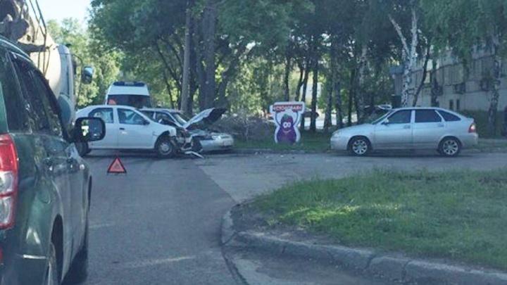 Минус два капота: в Самаре на Дзержинского столкнулись такси и «десятка»