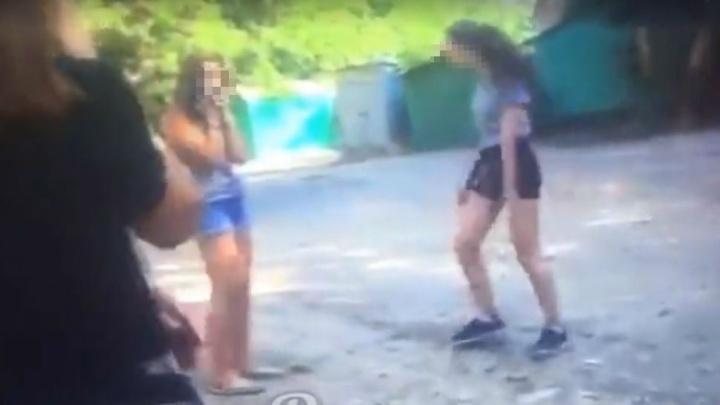 Бандитки с Чкаловского: в соцсетях появилось очередное видео избиения подростками школьницы