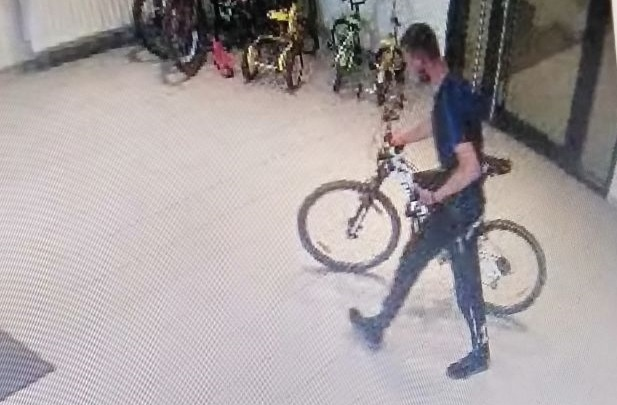 Серийный вор: в Екатеринбурге ищут мужчину, который на этой неделе украл несколько велосипедов