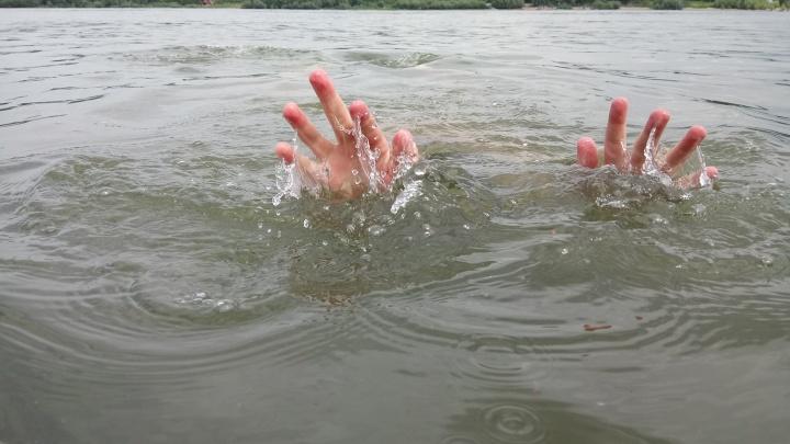 Понял, что не выплывет: в Дзержинке спасатели достали из воды тонущего мальчика