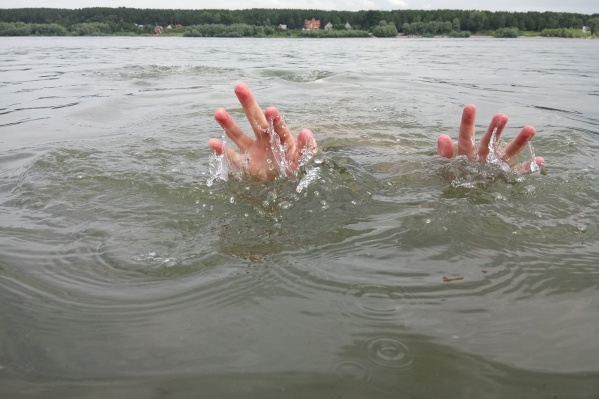 Мальчик отплыл от берега примерно на 10–15 метров