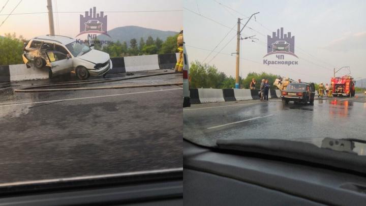 По дороге в Дивногорск на бетонный отбойник залетела «Тойота» волонтера. В аварии погибла собака