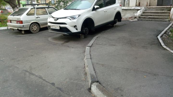Разули под покровом ночи: во дворе в Ленинском районе с Toyota RAV4 сняли колёса