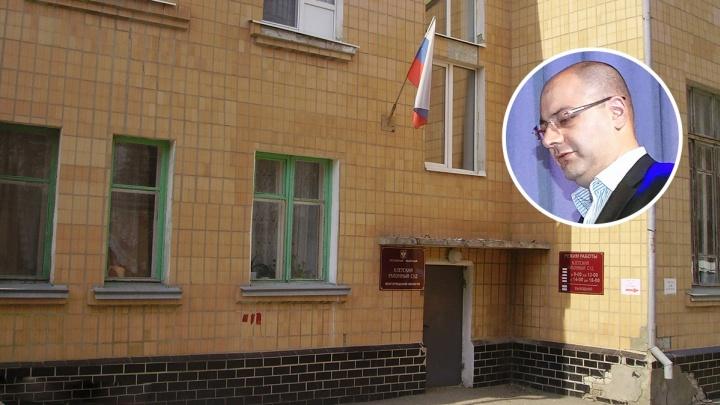 Сын оскорбившего пенсионеров волгоградского депутата просит вернуть ему должность председателя суда