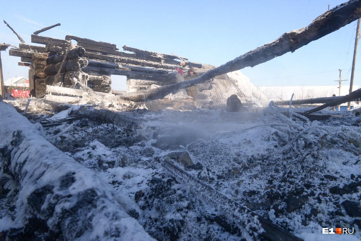 Спустя два дня после пожара конструкции мастерской все еще тлели