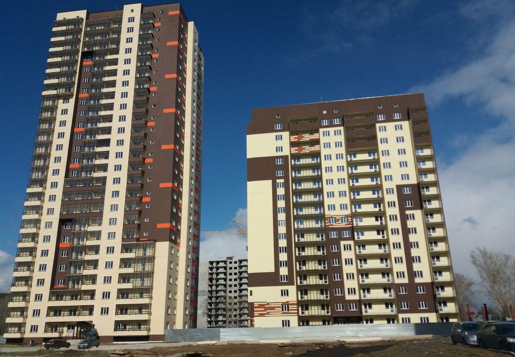 Панельная 25-этажка (слева) стала первой высоткой, построенной по этой технологии в Сибири