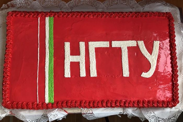 Ради праздника в НГТУ сделали два торта: один красный, другой белый